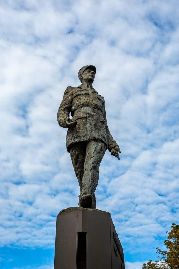 Brons statyn av Charles de Gaulle mot en blå himmel i stället Clemenceau i Paris royaltyfri bild
