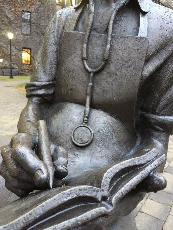 Brons statyn av doktorn från ` 1930 s med stetoskophandstil i tidskrift royaltyfria foton
