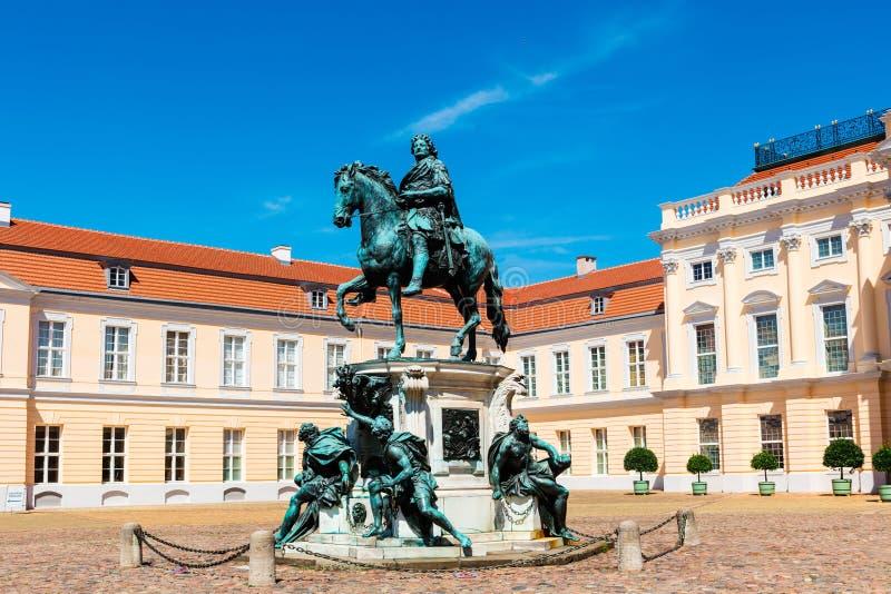 Brons statyn av Friedrich 1 i den Charlottenburg slotten royaltyfria foton