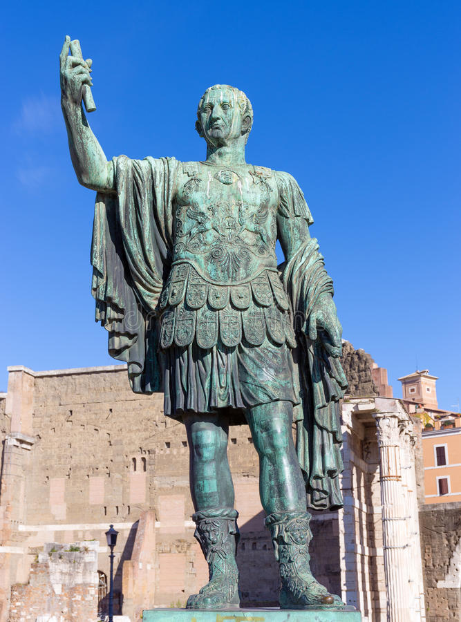 Brons statyn av kejsaren Nerva i forumet Romanum, Rome, Italien arkivbilder