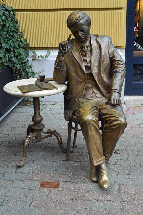 Brons statyn av mannen som dricker kaffe på kafétabellen, den Pecs Ungern fotografering för bildbyråer
