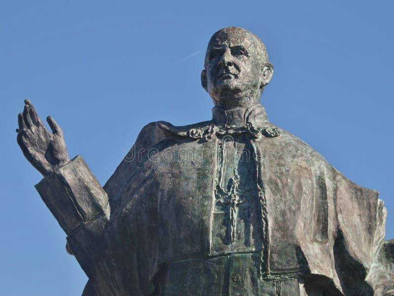 Brons statyn av påven John Paul VI i Leiria, Portugal royaltyfri fotografi