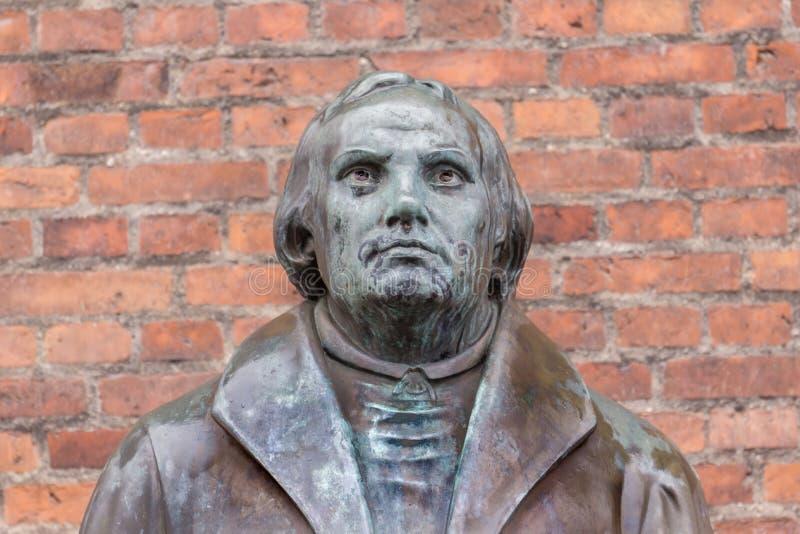 Brons statyn av världsförbättraren Martin Luther framme av Luther c royaltyfri fotografi