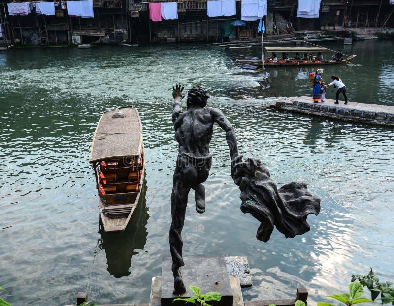 Brons statyn på Fenghuang den gamla staden arkivbilder