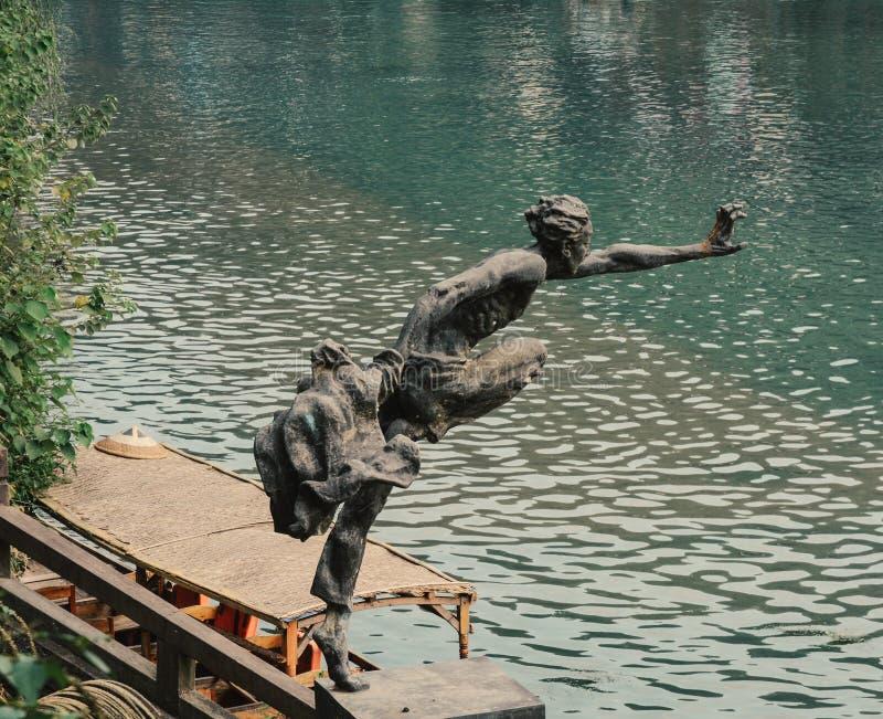 Brons statyn på Fenghuang den gamla staden royaltyfri foto