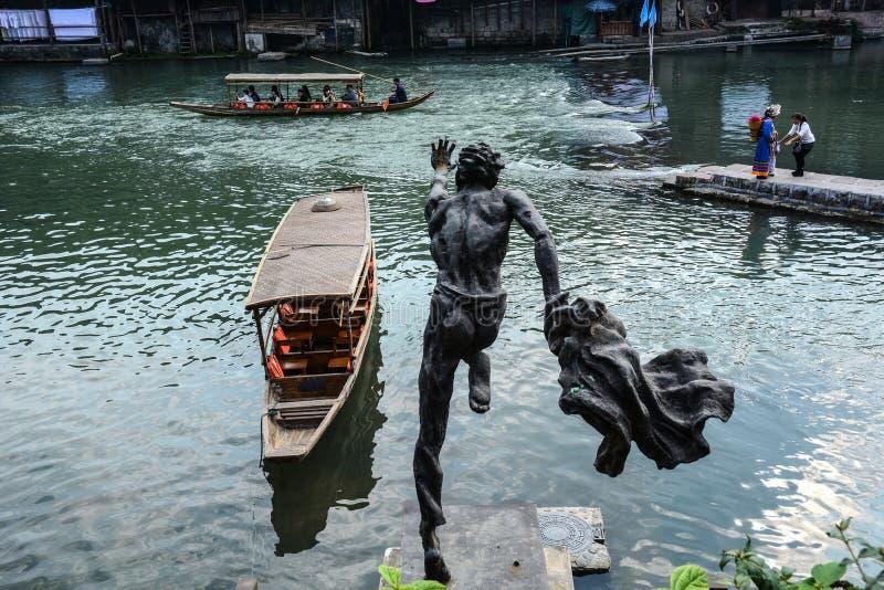 Brons statyn på Fenghuang den gamla staden arkivbild