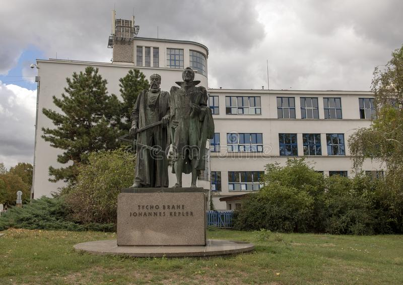 Brons statyn som firar minnet av Tycho Brahe och Johannes Kepler, två berömda europeiska astronomer arkivfoto