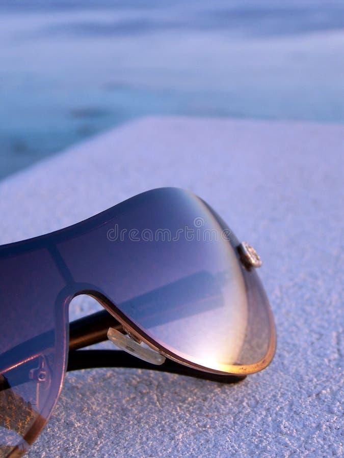Brons tonad solglasögon som reflekterar solnedgång fotografering för bildbyråer