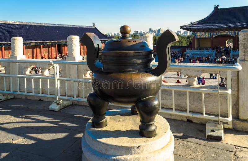 Brons tripodrökelsegasbrännaren, tempel av himmel, Peking, Kina arkivbilder
