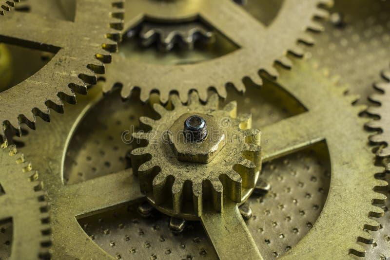Brons upp kugge-hjul av den gamla mekanismen av klockan vid slut fotografering för bildbyråer