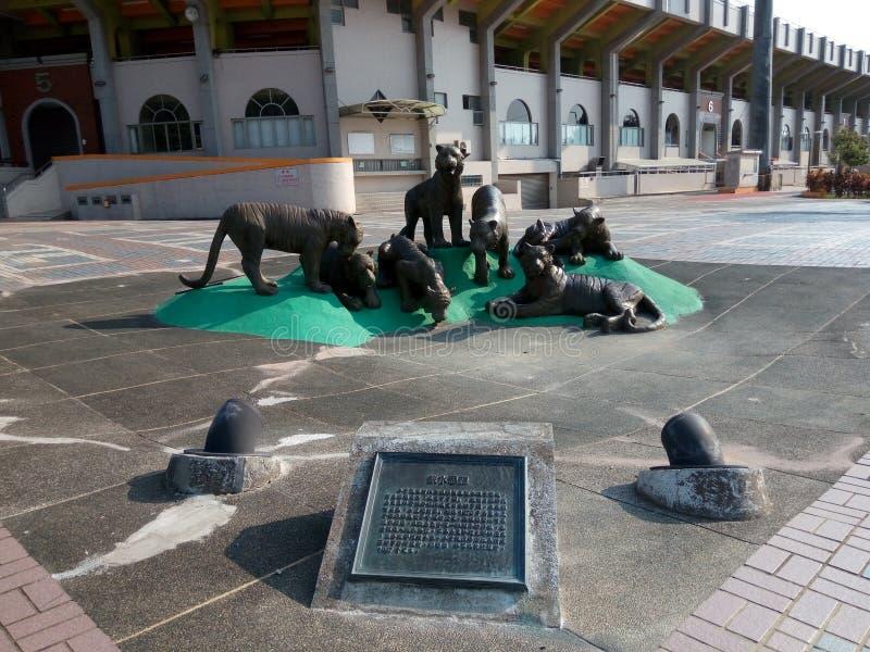 Bronsbeeldhouwwerk - drinkwaterbron, 'Zeven Tijgers Yao Luo ' royalty-vrije stock foto