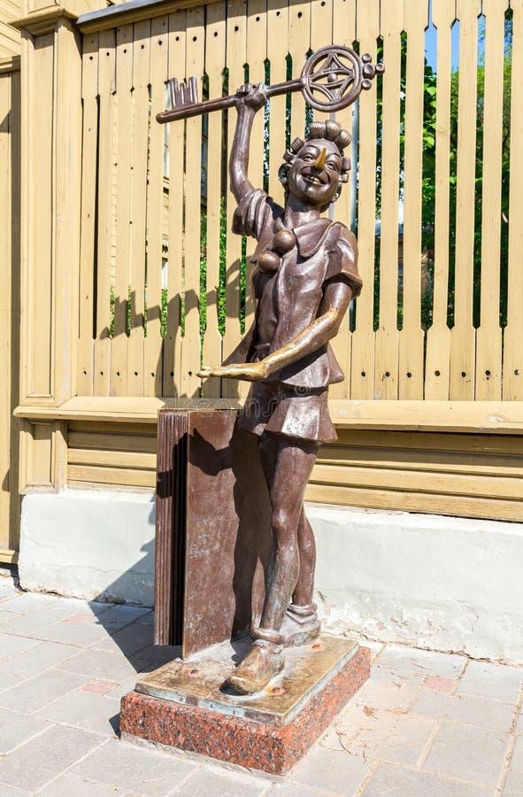 Bronsbeeldhouwwerk van Buratino Pinocchio, sprookjekarakter o stock afbeeldingen