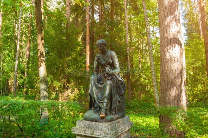 Bronsbeeldhouwwerk van Calliope - de muse van epische poëzie en kennis Het oude park van Silvia in Pavlovsk, St. Petersburg, Rusl stock foto's