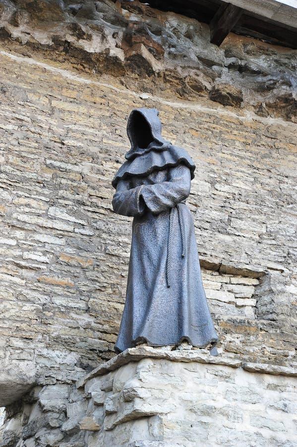Bronsbeeldhouwwerk van een monnik zonder een gezicht in de oude stad in Tal stock fotografie