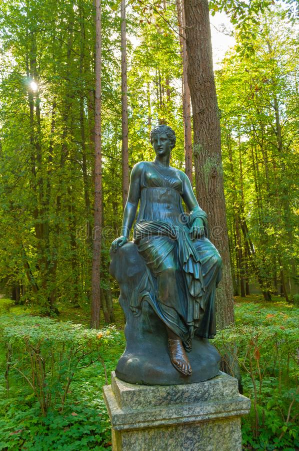 Bronsbeeldhouwwerk van Euterpe - de muse van muziek en welsprekendheid Het oude park van Silvia in Pavlovsk, St. Petersburg, Rusl royalty-vrije stock foto