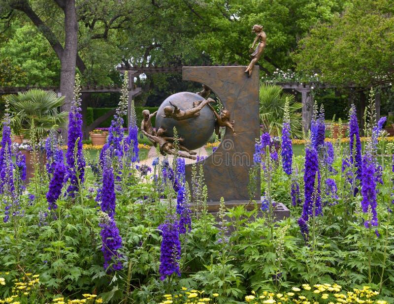 Bronsbeeldhouwwerk van kinderen die rond de aarde door Gary Price bij Dallas Arboretum en de Botanische Tuin vliegen royalty-vrije stock foto