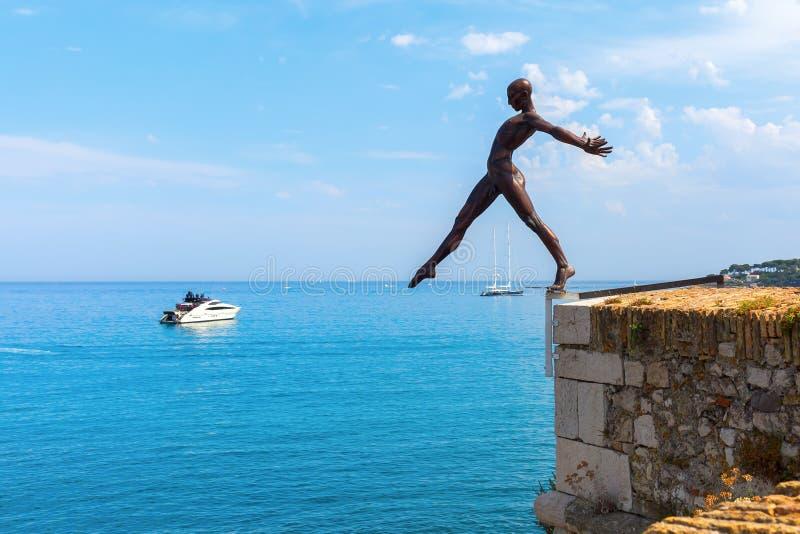 Bronsbeeldhouwwerk van Nicolas Lavarenne in Antibes, Frankrijk stock afbeelding