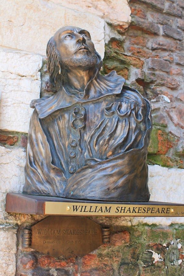 Bronsbeeldhouwwerk van William Shakespeare in Verona stock foto's