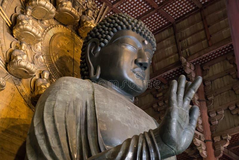 Bronsbuddha för värld störst staty i den Todai-ji templet, Japan arkivfoto