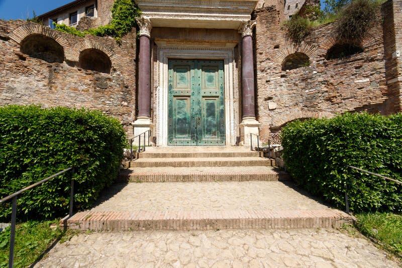 Bronsdörrar på templet av Romulus arkivbilder