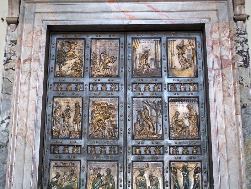Bronsdörrar, St Peters basilika, Rome royaltyfria foton
