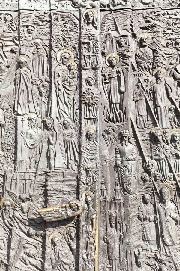 Bronsdeur, Kathedraalbasiliek van het Heilige Kruis, Opole, Polen stock afbeeldingen
