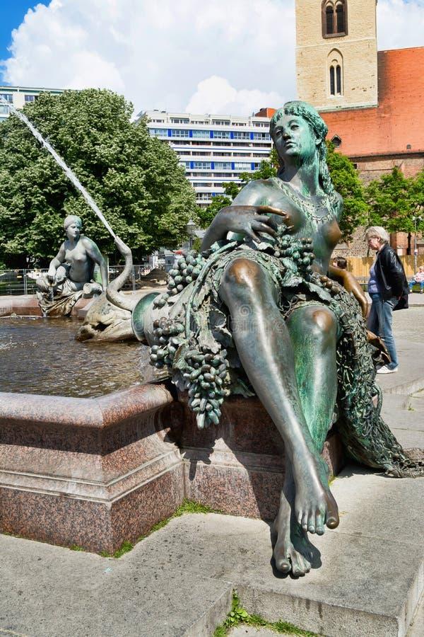 Bronsflicka - del av Neptunspringbrunnen i Berlin royaltyfri bild