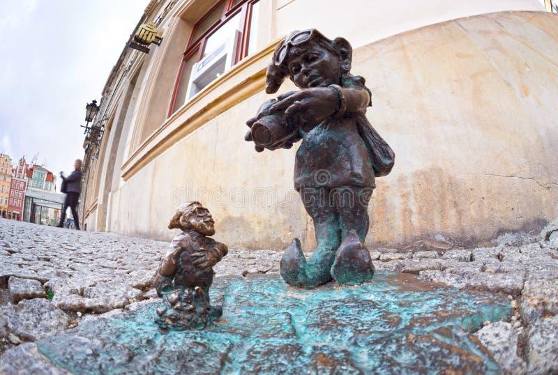 Bronsgnomen voor toeristen Wroclaw stock afbeeldingen