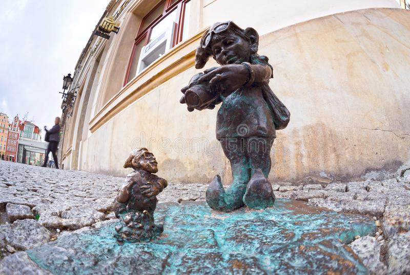Bronsgnomer för turister Wroclaw arkivbilder