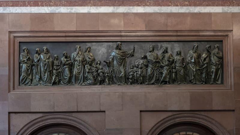 Bronshulp Jesus die de kinderen, binnenlandse Esztergom-Basiliek, Esztergom, Hongarije zegenen royalty-vrije stock fotografie