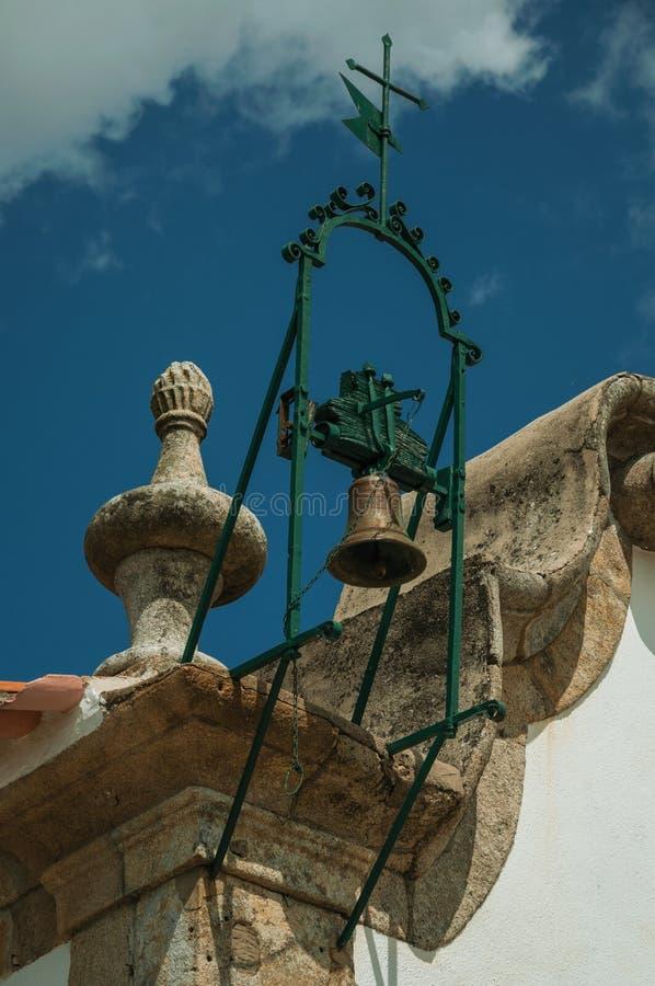 Bronsklok bovenop steendecoratie in barokke stijl royalty-vrije stock fotografie