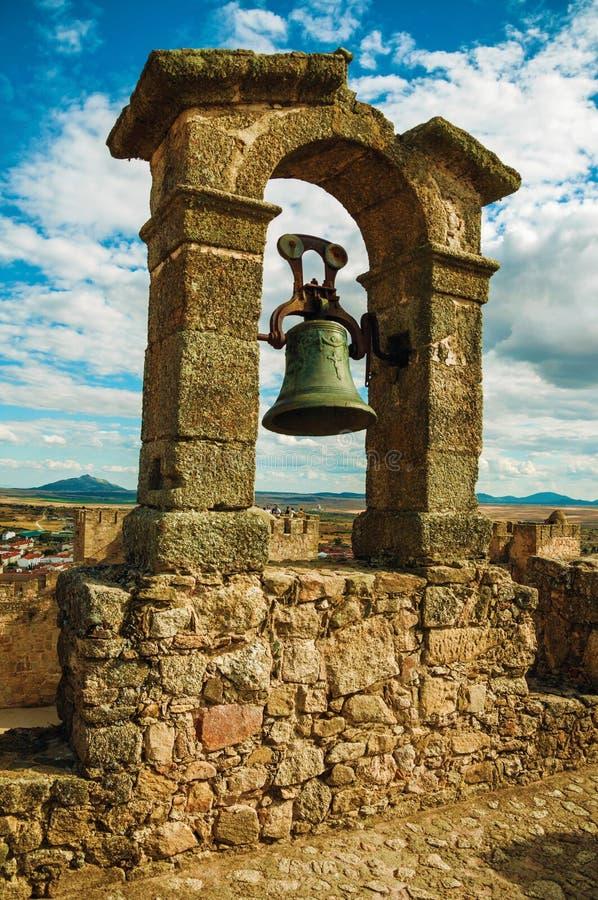 Bronsklok bovenop steenmuur bij het Kasteel van Trujillo royalty-vrije stock foto's