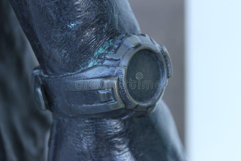 Bronsklok in de bronshand royalty-vrije stock foto