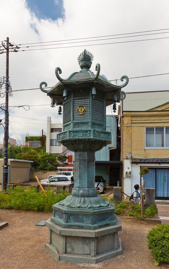 Bronslantaarn in de Grote Tempel van Boedha in Takaoka, Japan stock fotografie