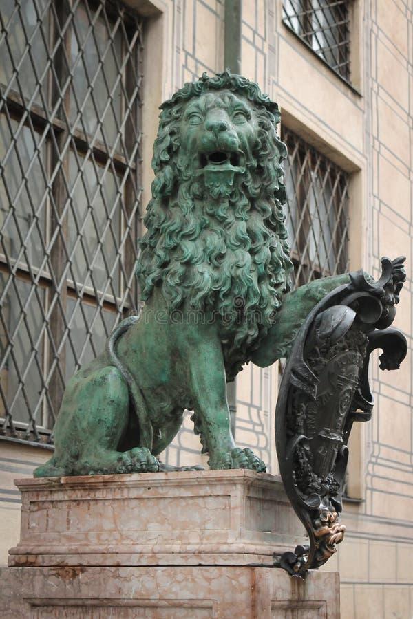 Bronsleeuw met Schild royalty-vrije stock afbeelding