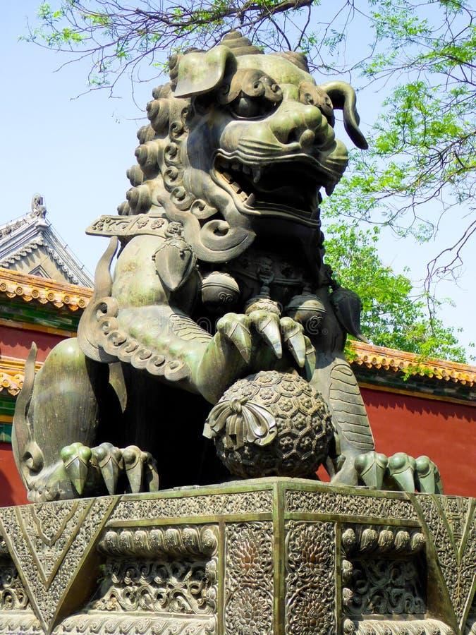 Bronslejon inom Lama Temple royaltyfria bilder
