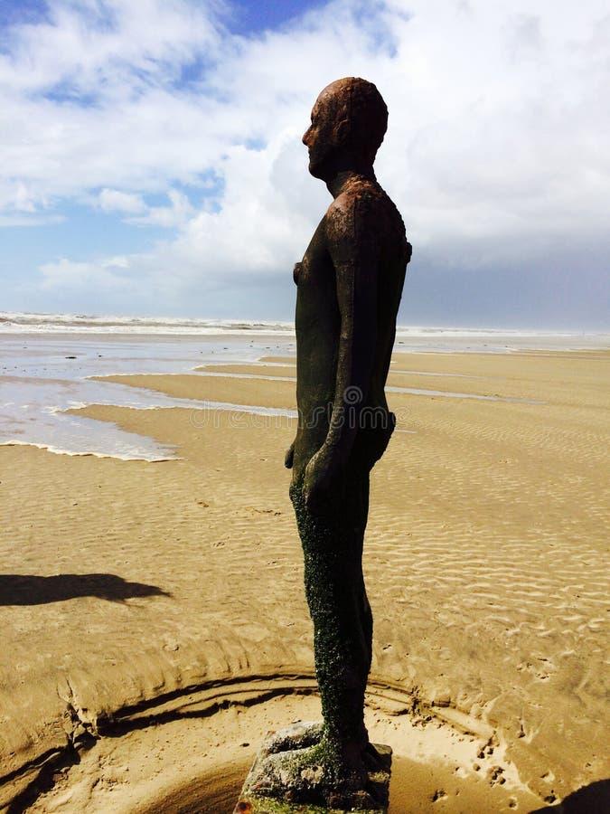 Bronsmän på den Crosby stranden royaltyfria foton