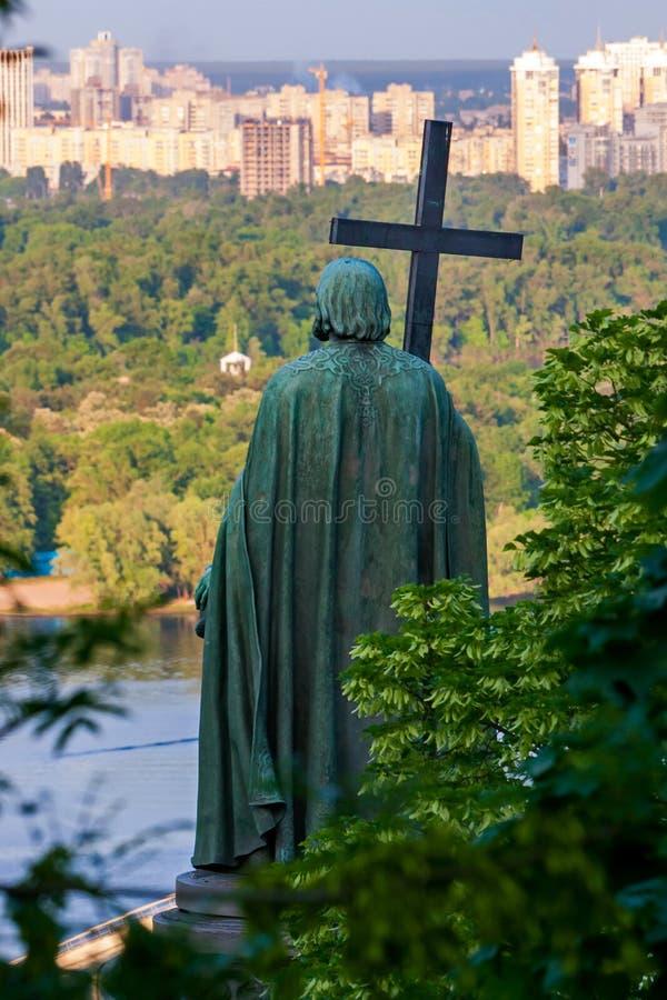 Bronsmonumentet till Volodymyr det stort med ett kors på floden Dnipro beskådar staden av Kiev royaltyfri fotografi