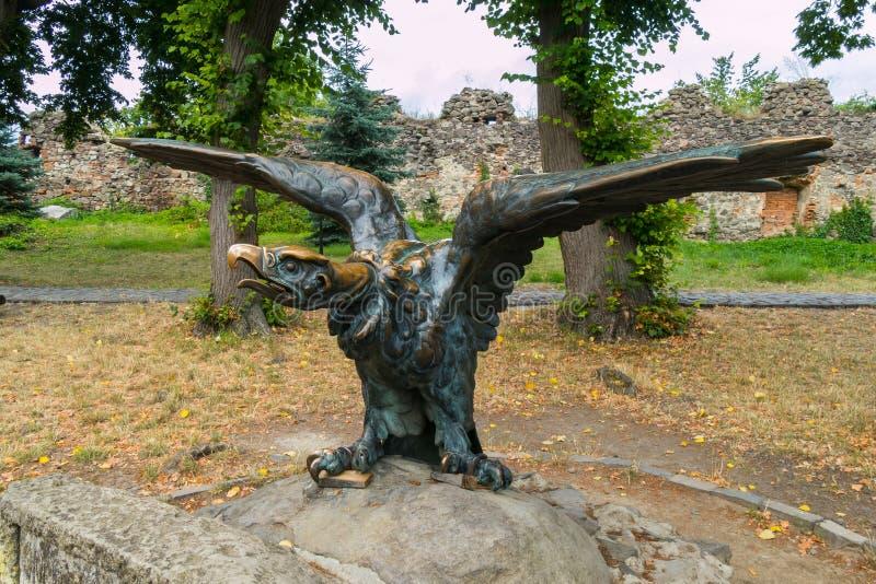 Bronsskulptur av en fågel i en parkera med utsträckta vingar royaltyfria foton