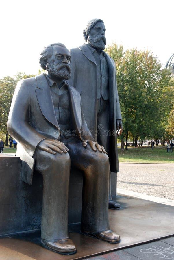 Bronsskulptur av Marx och Engels royaltyfri foto