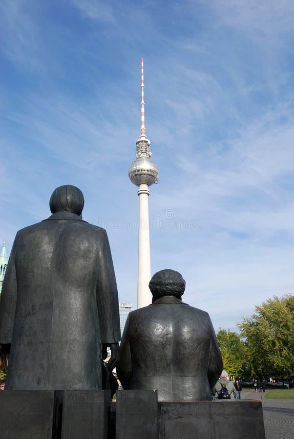 Bronsskulptur av Marx och Engels royaltyfri fotografi