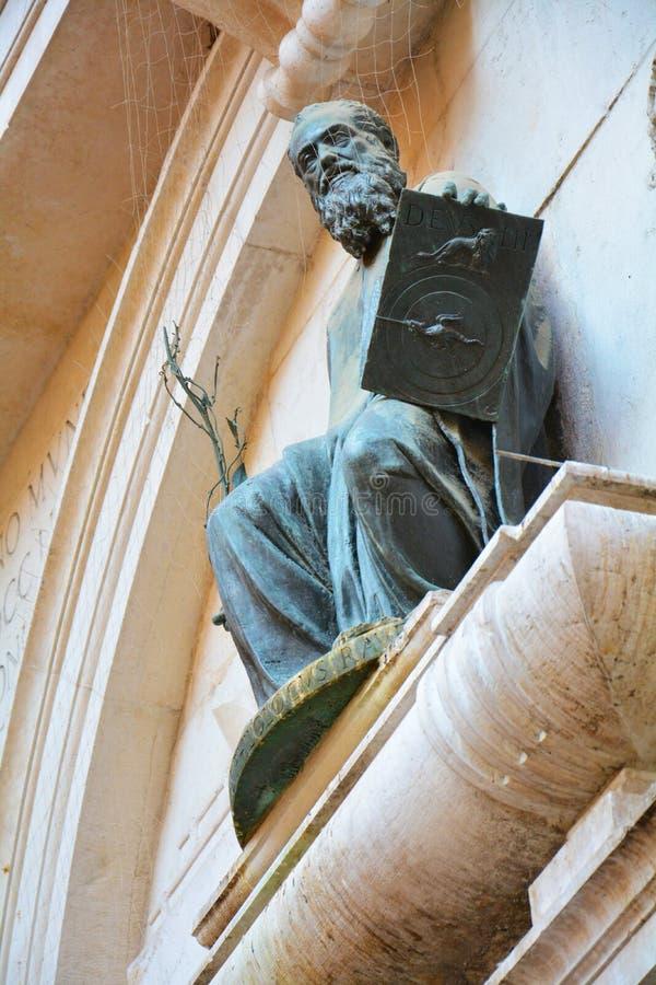 Bronsskulptur av S Thomas Venedig royaltyfri foto