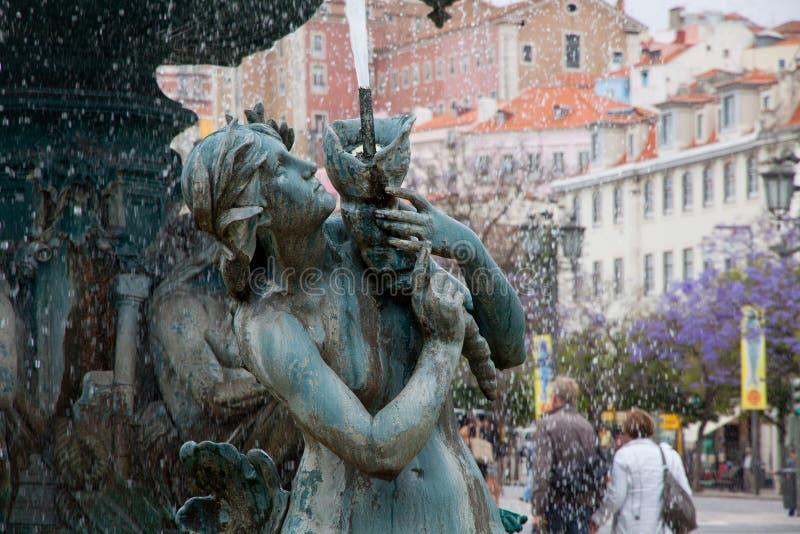Bronsspringbrunn på den Rossio fyrkanten i Lissabon arkivbilder