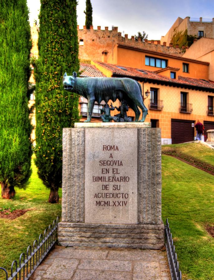Bronsstandbeeld van de Capitoline-Wolf met Romolo en Remo in Segovia, Spanje royalty-vrije stock afbeelding