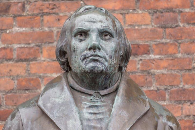 Bronsstandbeeld van de hervormer Martin Luther voor Luther c stock afbeelding