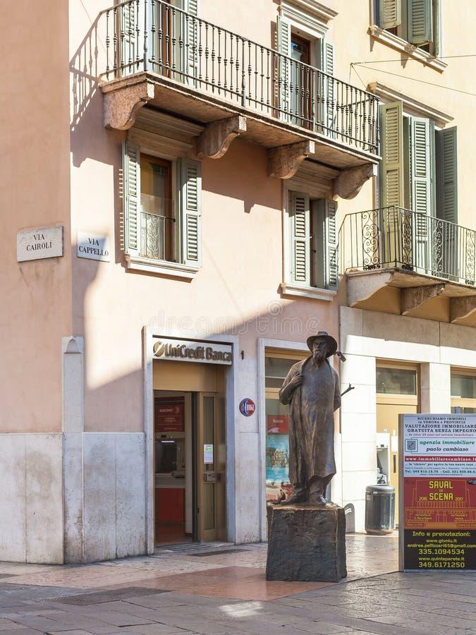 Bronsstandbeeld van dichter Berto Barbarani in Verona stock afbeeldingen