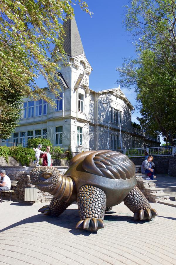 Bronsstandbeeld van een schildpad stock foto's