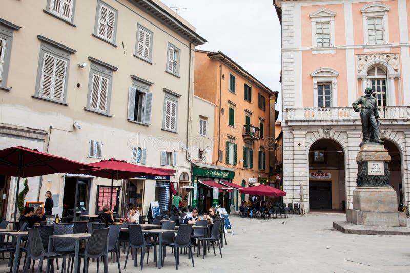 Bronsstandbeeld van Giuseppe Garibaldi in 1892 door Ettore Ferrari in Garibaldi Square in Pisa wordt gemaakt dat stock fotografie