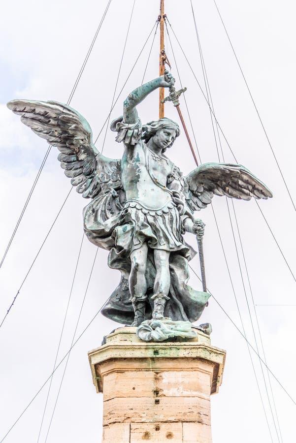 Bronsstandbeeld van Michael de Aartsengel op de bovenkant van Castel Sant ?Angelo, Rome, Itali? royalty-vrije stock foto