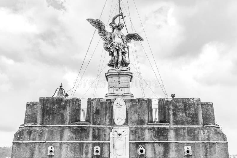 Bronsstandbeeld van Michael de Aartsengel op de bovenkant van Castel Sant ?Angelo, Rome, Itali? royalty-vrije stock foto's